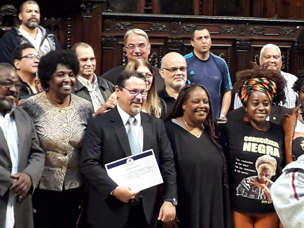 Funcionária do Sindsprev/RJ recebe homenagem da Câmara de Nova Iguaçu