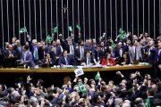 Deputados votam reforma que exclui milhões de trabalhadores da Previdência sob denúncia de compra de votos